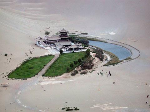 甘肃省敦煌市鸣沙山和月牙泉