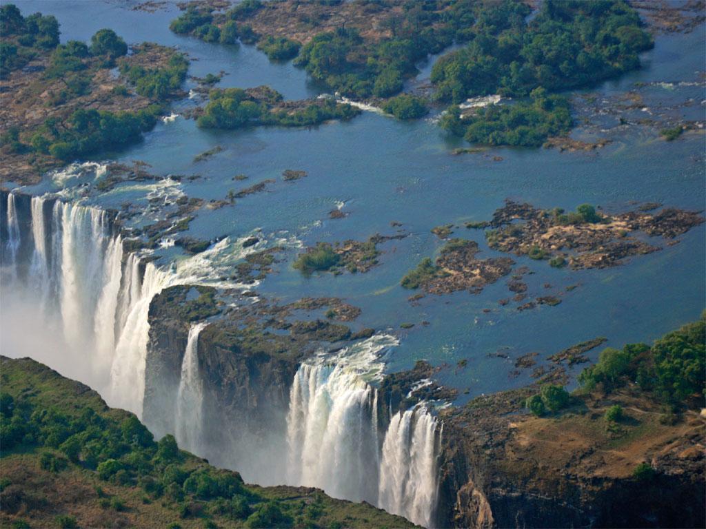 维多利亚 瀑布 是 世界 上 最大 的 瀑布 之一 位于