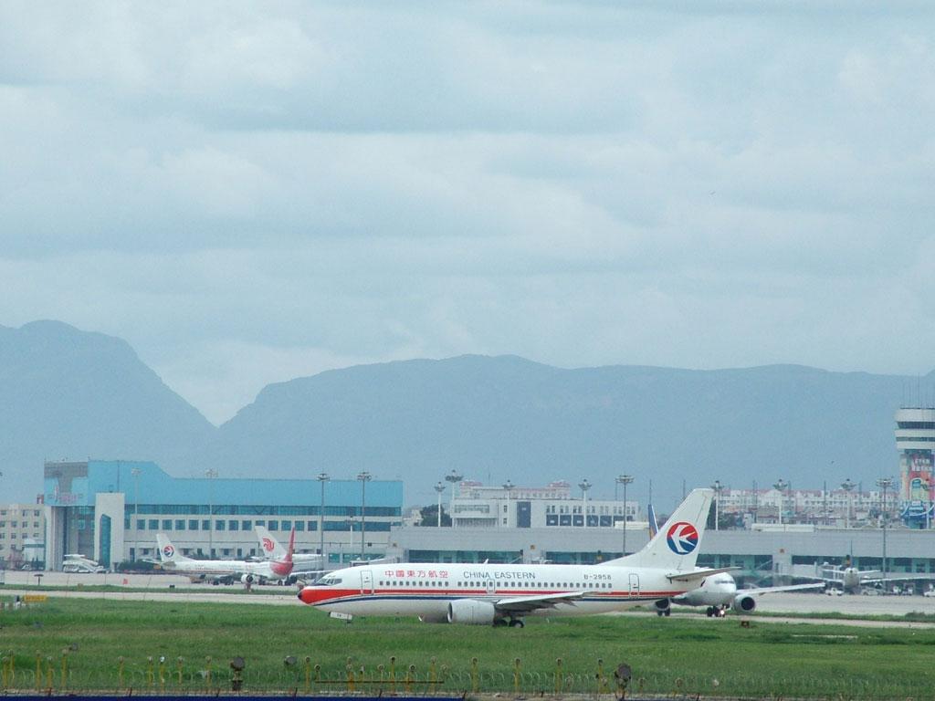 云南昆明巫家坝国际机场位于昆明东南部,是中国最重要的国际口岸机场和全国起降最繁忙的国际航空港之一,是中国西南地区门户枢纽机场。   云南昆明机场始建于1923年,曾于1958年、1993年、1998年进行过3次大的改扩建,占地总面积4297.12亩。目前,机场属国家一类机场,飞行区等级为4E,跑道长3600米,有ILS、VOR/DME、NDB等通信导航设施,可供波音747、空客A340等机型起降。站坪和停机坪面积25万平方米,停机位34个。机场航站楼总面积76900平方米,共有候机厅17个。机场航站