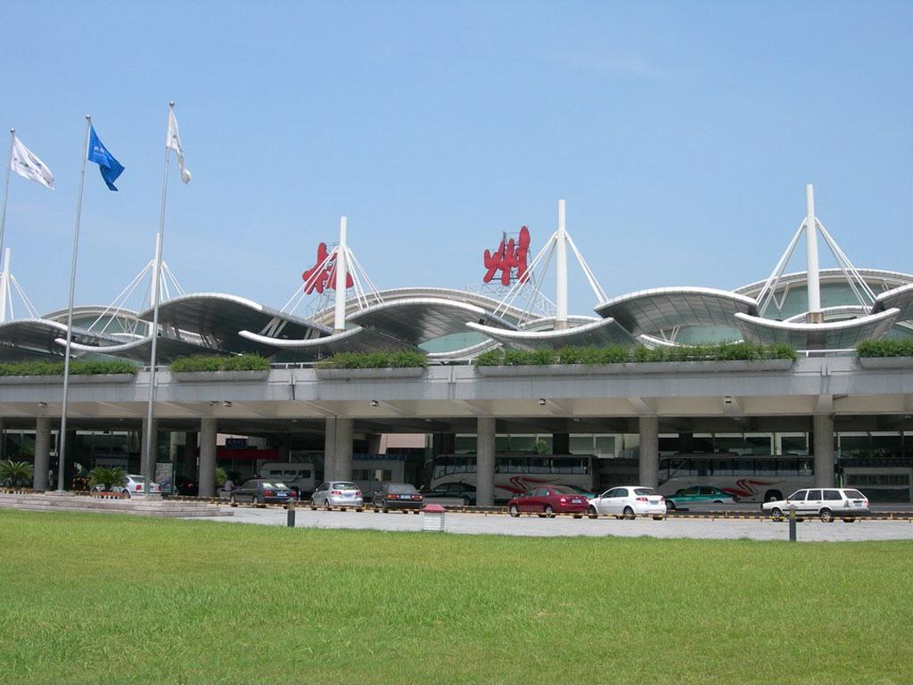 """浙江杭州萧山国际机场是国内重要干线机场、重要旅游城市机场和国际定期航班机场,也是上海浦东国际机场的主备降机场。   杭州萧山国际机场位于钱塘江南岸,距杭州市中心27公里。机场工程按照""""一次规划、分期建设""""的原则,分近、中、远三期实施建设。1997年7月,机场工程正式动工。2000年12月30日,新机场建成通航运营。2003年9月,国务院批复同意杭州航空口岸扩大对外国籍飞机开放。2004年3月,杭州航空口岸通过国家验收正式扩大对外国籍飞机开放。   来源:杭州萧山机场网站"""