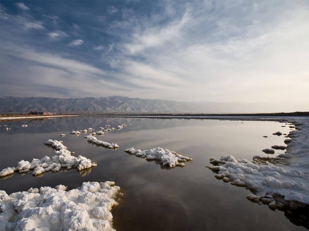 """山西运城盐湖,位于山西省西南部运城以南,中条山北麓,是山西省最大的湖泊。此地古代为解县和解州之地,故又名解池,也称""""河东盐池""""。运城盐湖自古以产盐著名,所产之盐称""""解盐""""、""""潞盐""""或""""河东盐""""。运城盐湖是个古老而又典型的内陆咸水湖,地质研究表明,运城盐湖诞生于新生代第三纪喜马拉雅构造运动时期,距今约0."""