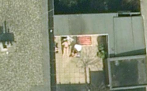 Google Earth上的裸体日光浴