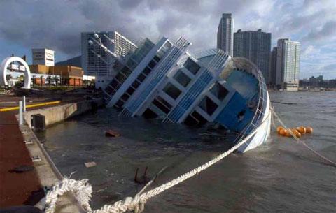 台风掀翻游船