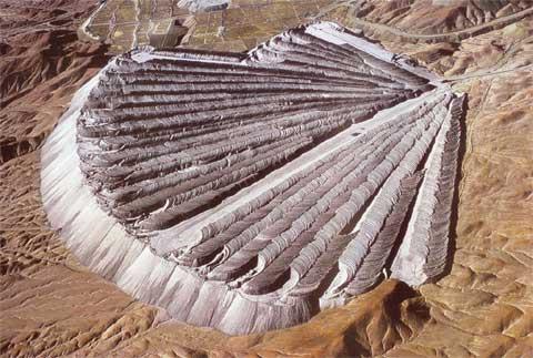 智利丘基卡马塔的铜矿场废料
