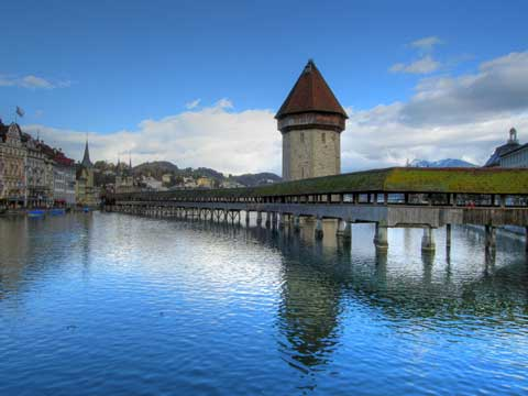 """瑞士卢塞恩的""""水塔花桥"""""""