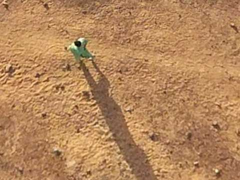 Google Earth偷拍沙漠中的解手