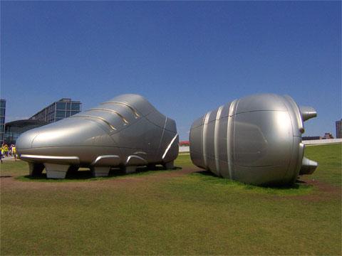 Google Earth下的巨型阿迪达斯运动鞋
