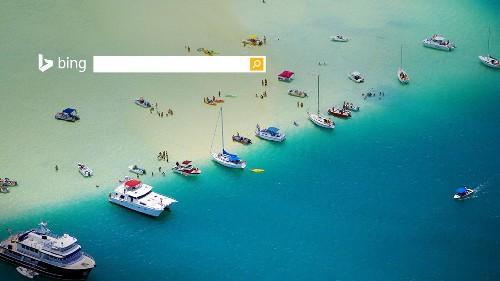 美国夏威夷瓦胡岛卡内奥赫湾沙洲上悠闲的船只和人